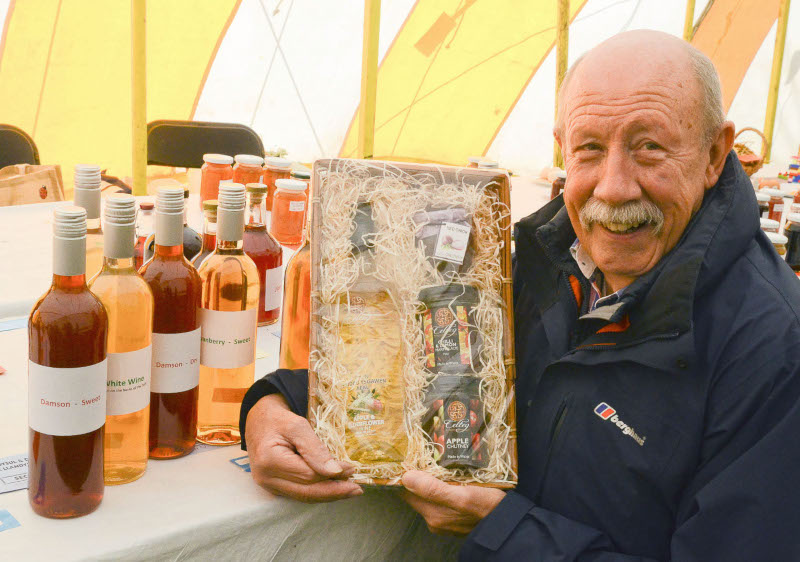 The Hamper awarded for the most points in the Wine Section went to John Jones, Swn yr Afon, Llandysul Pic Tim Jones